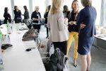 Familienministerin Juliane Bogner-Strauß im Gespräch mit Gästen des Women Executive Breakfast