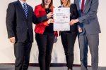 Familienministerin Juliane Bogner-Strauß überreicht die Zertifikate