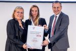 Familienministerin Juliane Bogner-Strauß überreicht das Zertifikat